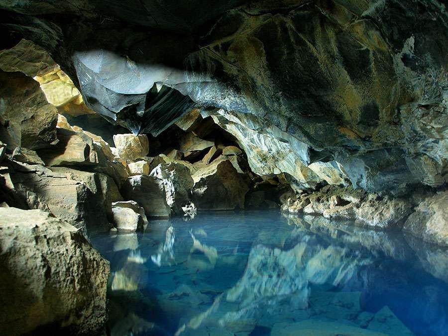 Hồ nước ngầm trong hang động