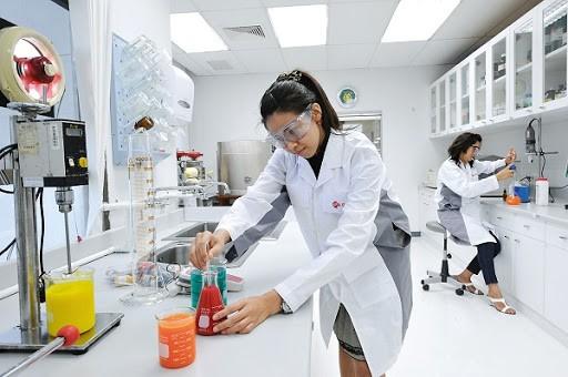 Thiết kế các giá đỡ và bàn thí nghiệm phù hợp với tầm tay người thực hiện