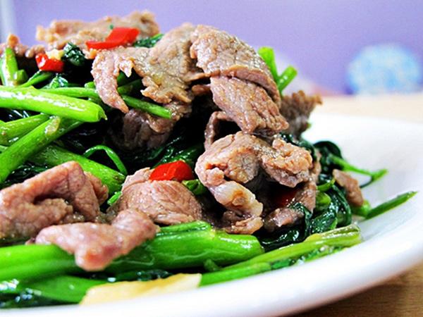 rau-muong-xao-thit-bo-cung-cap-vitamin