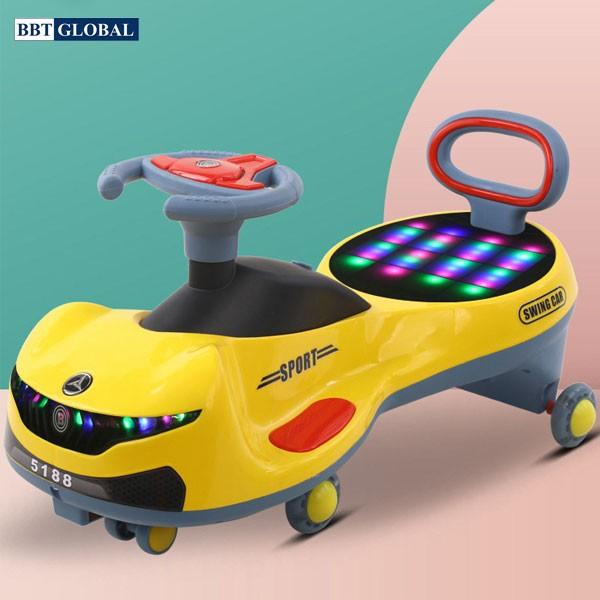 Xe lắc cho bé dáng thể thao có đèn và nhạc SW005