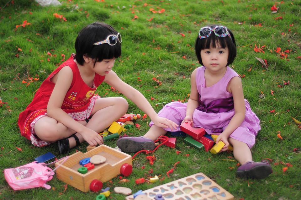 đồ chơi cho bé Đặng Minh Châu và Đặng Thu Quyên