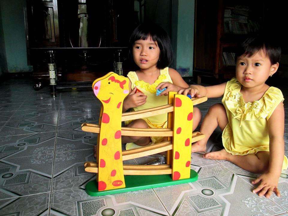 đồ chơi cho bé Võ Thùy Hoàng Uyên - bé Võ Thùy Hoàng Oanh 2