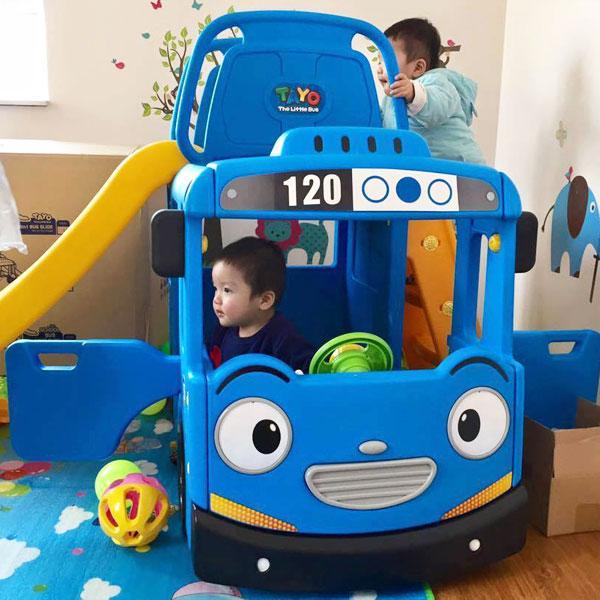 cầu trượt xe bus cũng là món đồ chơi trẻ em cho bé trai 1 tuổi tuyệt vời nữa