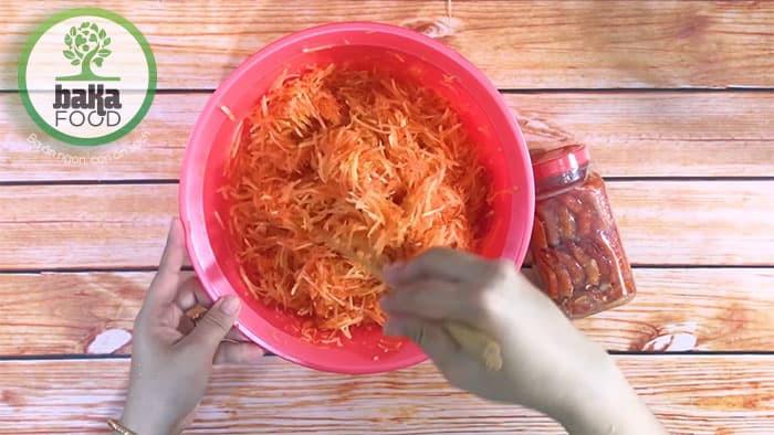 Sơ chế đu đủ để làm món mắm tôm chua đu đủ