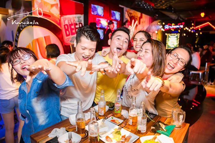 Sảng khoái cùng bạn bè khi uống bia tại Vuvuzela SC Vivo City