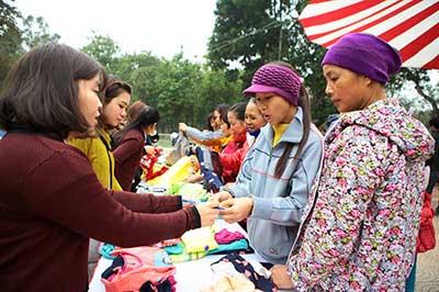 Rất nhiều mặt hàng được bày bán với giá 0 đồng tại phiên chợ Tết cho người nghèo