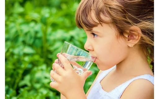 Thường xuyên cho bé uống nước để thanh lọc cơ thể