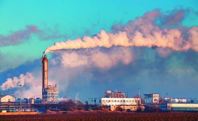 Các nhà máy và xe cộ gây ra ô nhiễm không khí