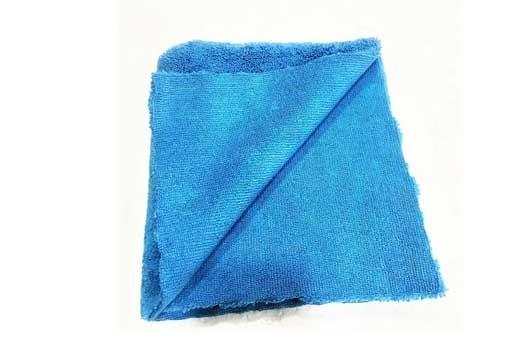 Chuẩn bị khăn mềm để vệ sinh đèn chùm