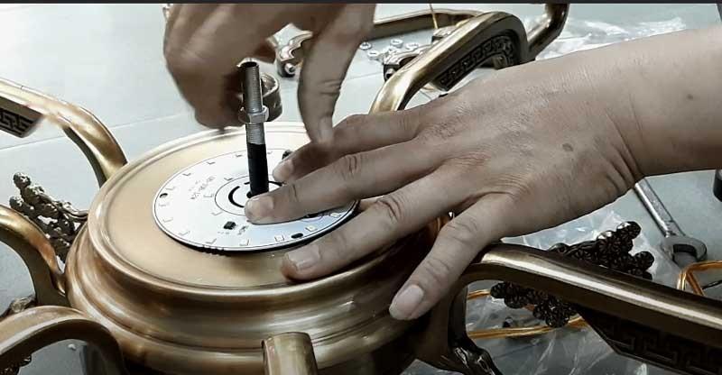 cách lắp đặt đèn chùm đồng
