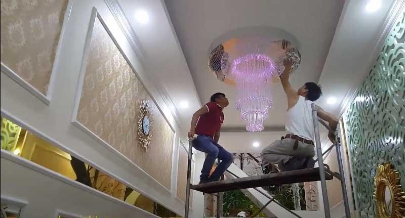 lắp đặt đèn chùm thông tầng treo sảnh khách sạn