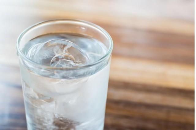 Giải đáp: Uống nước lạnh có thực sự là nguyên nhân gây ra viêm họng?