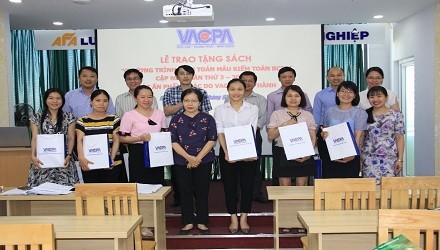 """VACPA tổ chức trao tặng sách """"Chương trình kiểm toán mẫu kiểm toán báo cáo tài chính"""" và một số ấn phẩm chuyên môn tiêu biểu cho hội viên tổ chức khu vực Miền Trung"""