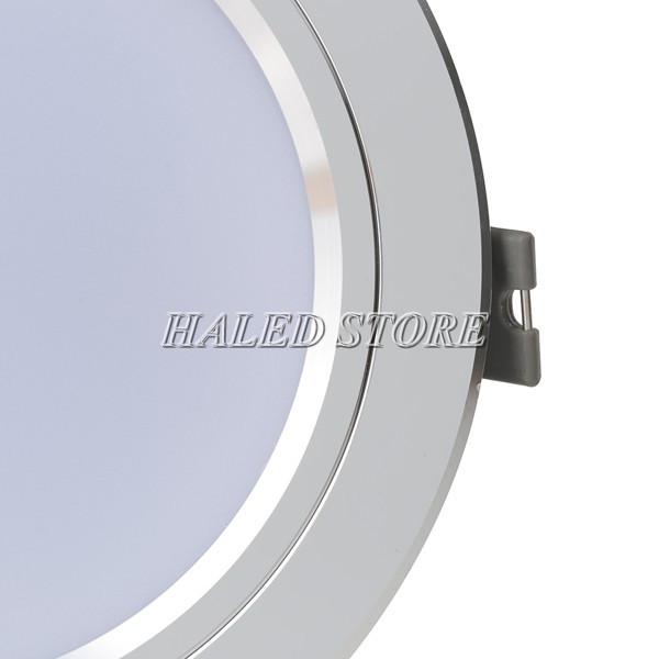 Sản phẩm đẹp nổi bật với viền bạc sáng bóng