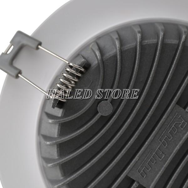 Mặt sau làm từ nhôm nguyên khối giúp tản nhiệt cho đèn