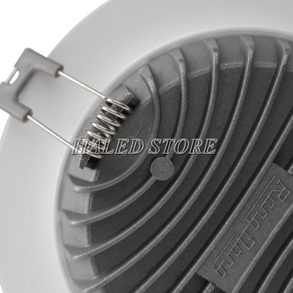 Mặt sau đèn là bộ phận tản nhiệt làm từ nhôm đúc cao cấp