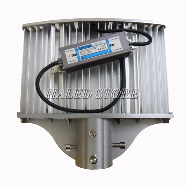 Tản nhiệt và bộ nguồn ở mặt sau thân đèn