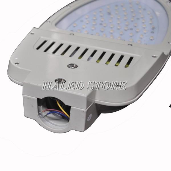Cần lắp thiết kế gắn liền với thân đèn