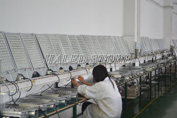 Đèn đường LED HLDAS5-140 được sản xuất trên dây chuyền hiện đại