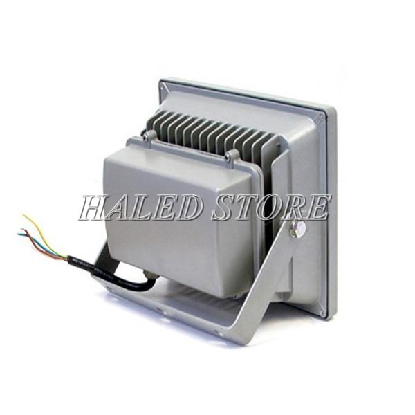 Bộ phận tản nhiệt thiết kế phía sau thân đèn