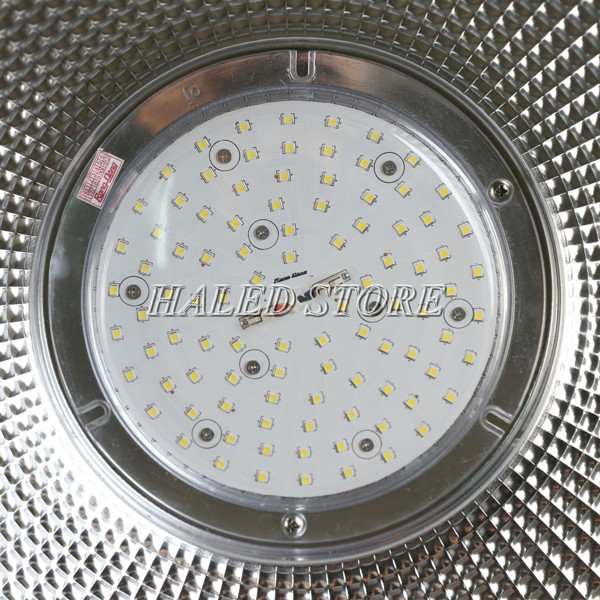 Cận cảnh chip LED của đèn LED nhà xưởng