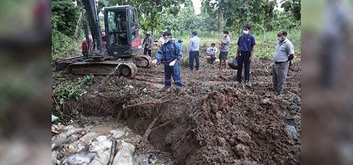 Các quan chức của Cục Hành chính và Cục Chăn nuôi và Thú y chôn cất lợn chết ở Tachileik vào 05/08/2019