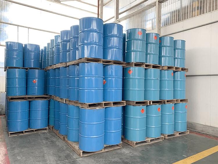 Hóa chất IPA dạng lỏng, chứa trong thùy phuy