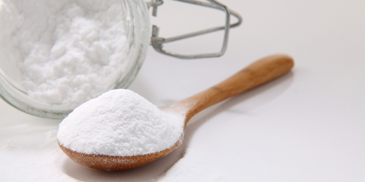 Natri bicacbonat thường ở dạng bột mịn trắng, tan ít trong nước