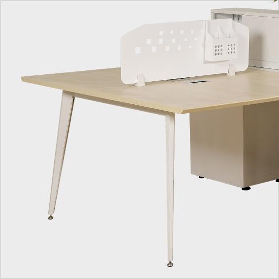 Mặt bàn có vách chia cách điệu bằng sắt sơn trắng