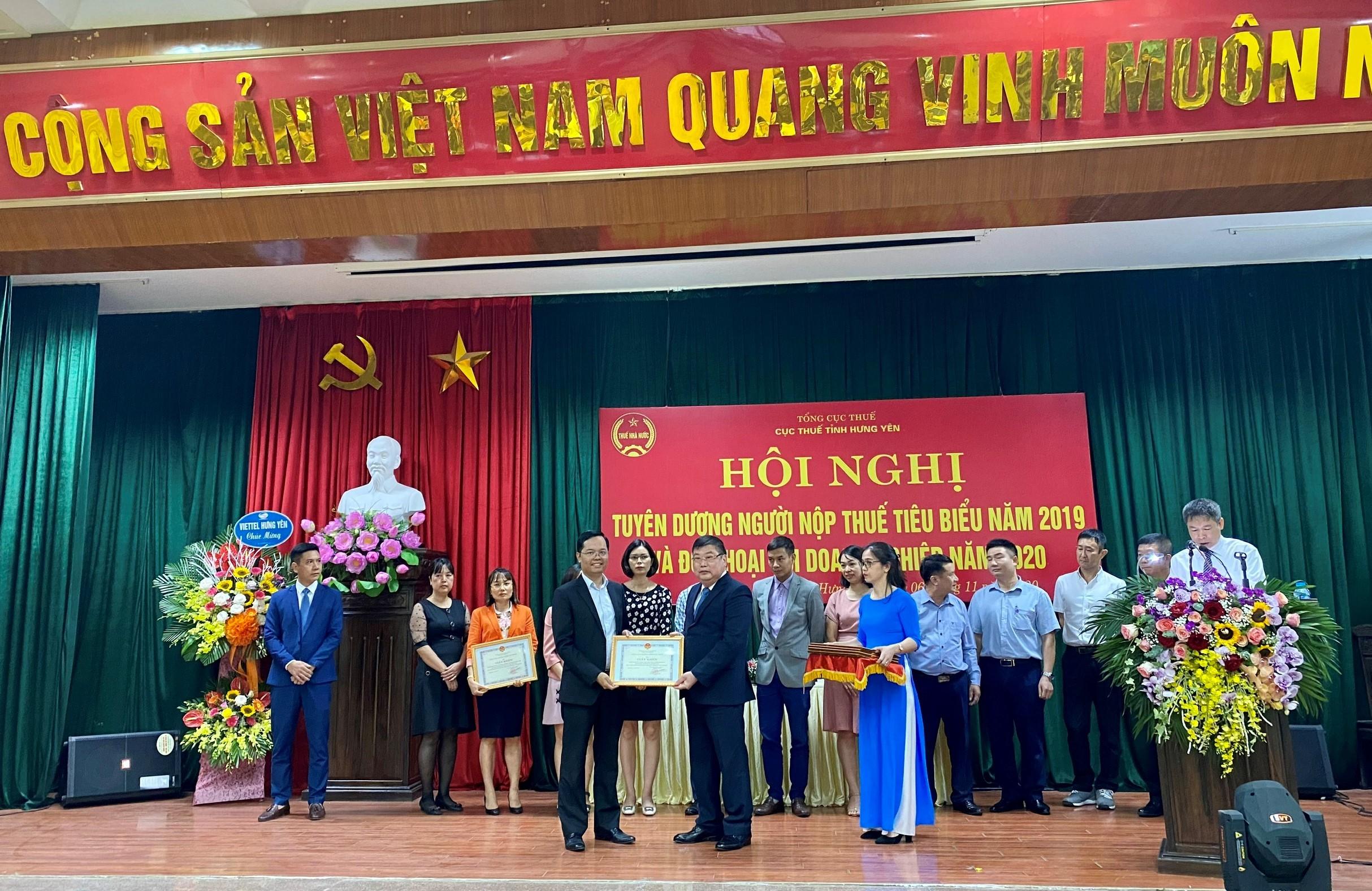thue-hung-yen-trao-bang-khen