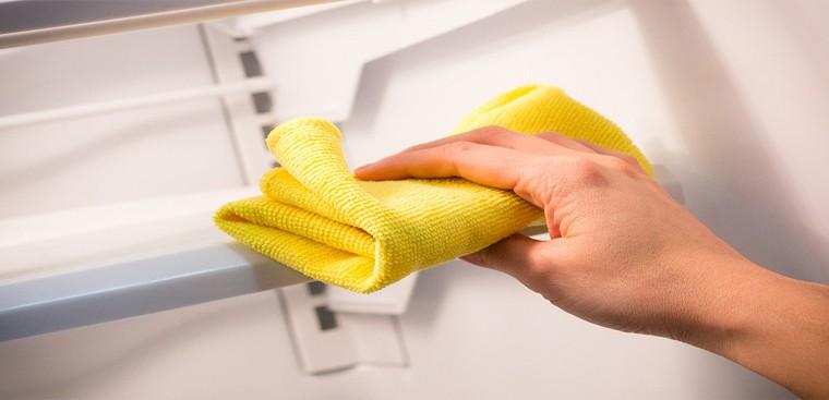 Dùng khăn vệ sinh sạch sẽ các bộ phận của tủ đông Funiki 3 cánh để tủ luôn sạch, đẹp, sáng bóng và có độ bền cao