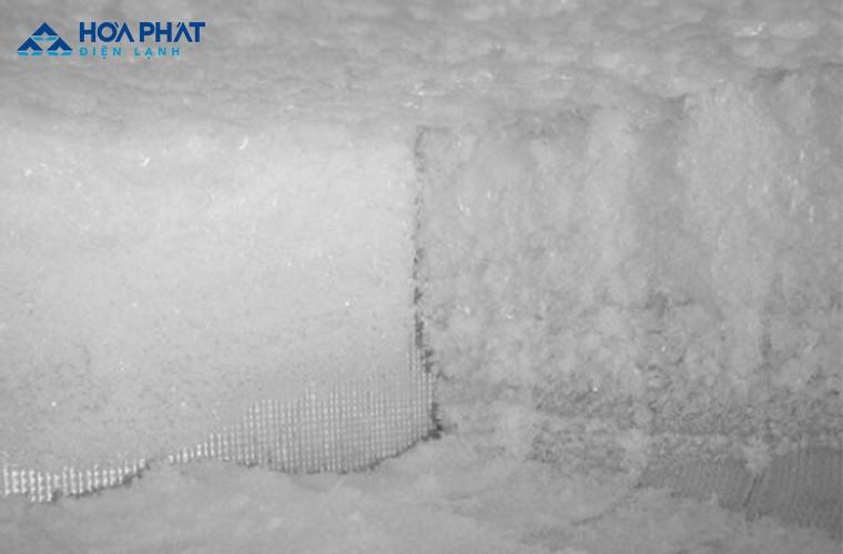 Băng tuyết bám dày khiến tủ đông chạy nhưng không lạnh