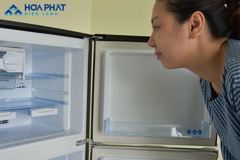 Cửa tủ đóng không kín khiến tủ không đạt được mức nhiệt đã cài đặt và bị chảy nước