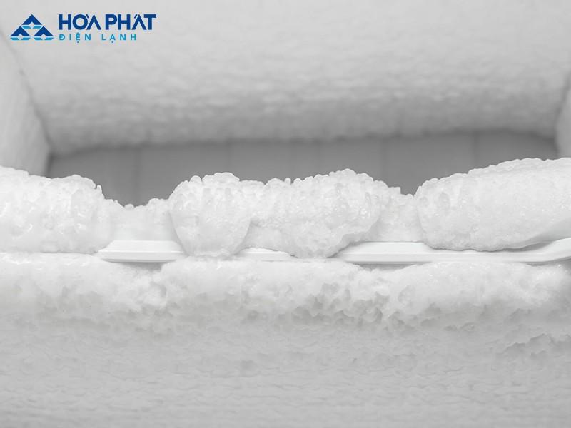 Bạn có thể sử dụng quạt, vải nóng hoặc cây vét bột để xả tuyết