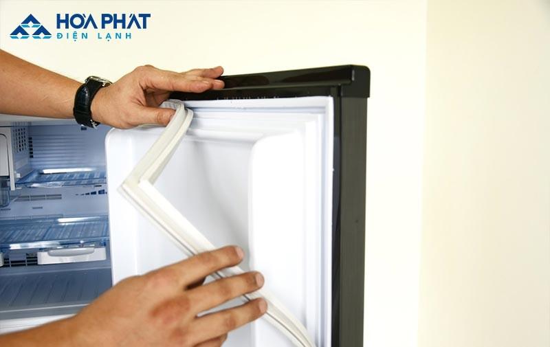 Viền cao su bị cấn, hở, đàn hồi kém là nguyên nhân thường gặp khiến tủ lạnh không đạt được mức nhiệt cần thiết, khiến thực phẩm không đông đá