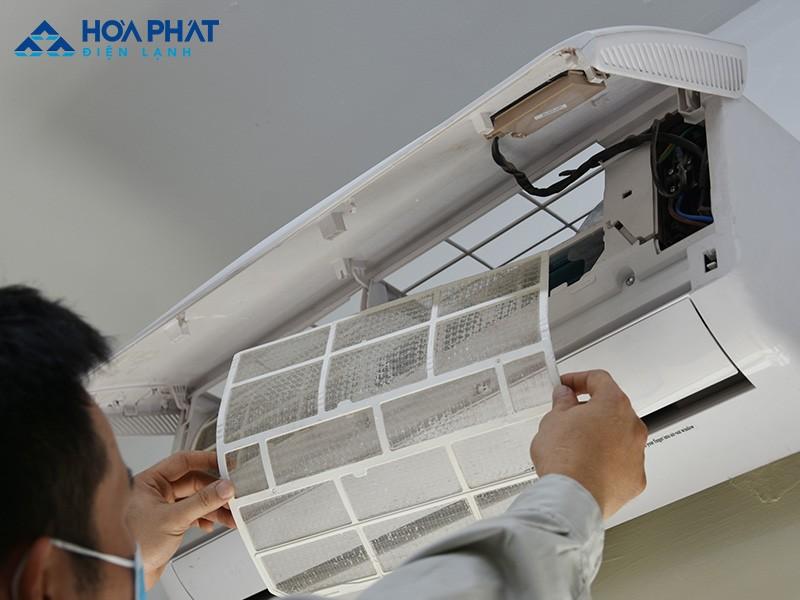 Nếu không vệ sinh, bảo dưỡng định kỳ lưới lọc dàn lạnh dễ bám bụi bẩn khiến điều hòa không lạnh