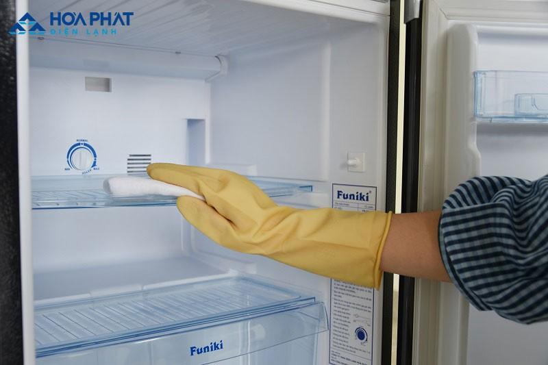 """Vệ sinh lau sạch sẽ khi tủ đông bị """"đổ mồ hôi"""""""