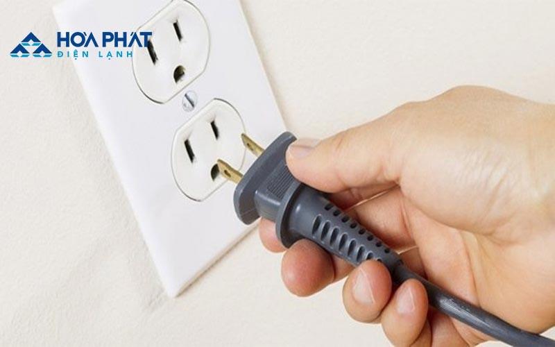 Bạn nên kiểm tra kỹ nguồn điện xem dây điện có bị đứt hay hở điện khiến tủ lạnh không vào điện không.