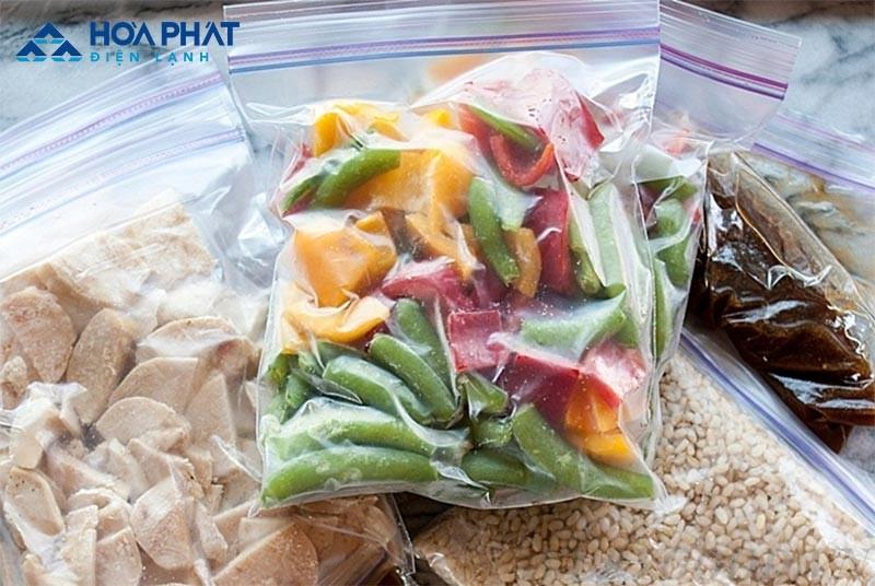 Thực phẩm có độ ẩm cao nên được hút ẩm hoặc để ráo trước khi cho vào tủ đông để tránh tình trạng đóng tuyết