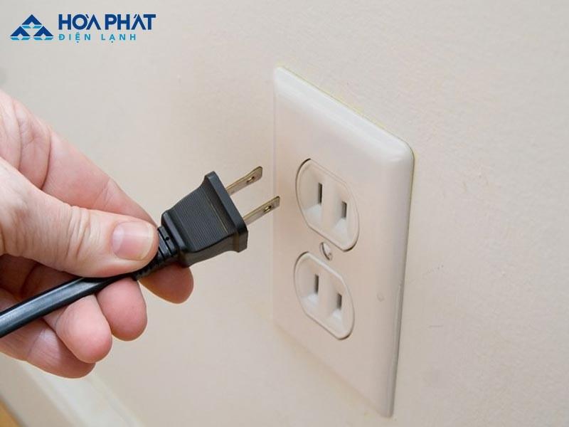 Rút điện trước khi tiến hành vệ sinh tủ đông
