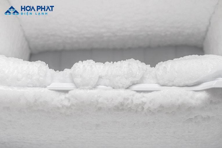 Tuyết đóng dày bên trong khiến khí lạnh không thể lưu thông tủ lâu mát hoặc mát không đều