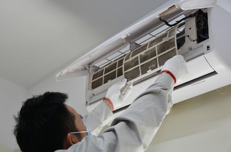 Vệ sinh dàn lạnh để khắc phục tình trạng quạt gió không hoạt động