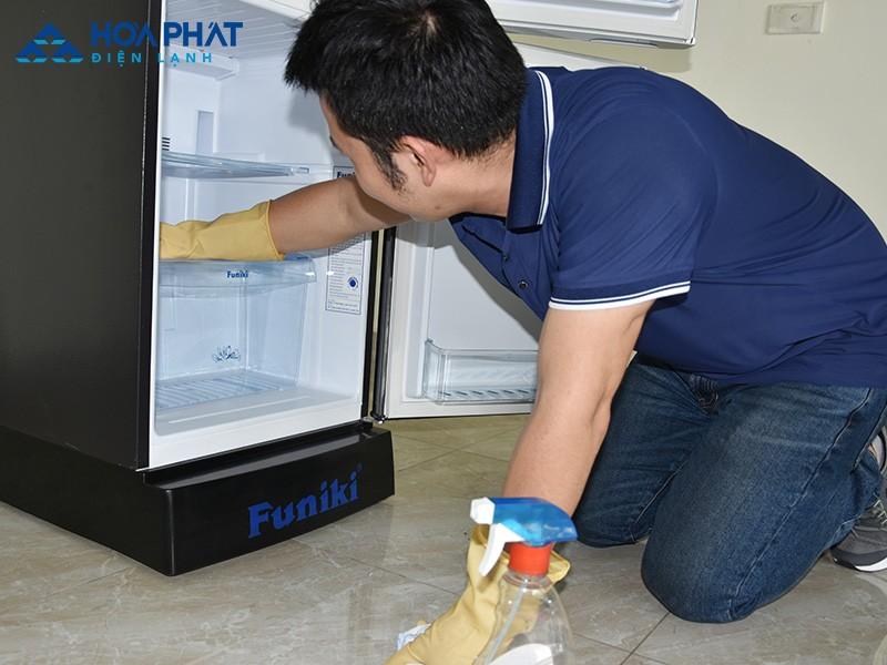 Vệ sinh tủ lạnh định kỳ, đồng thời kiểm tra bảo hành tủ lạnh thường xuyên giúp tủ lạnh hoạt động hiệu quả hơn và bền hơn