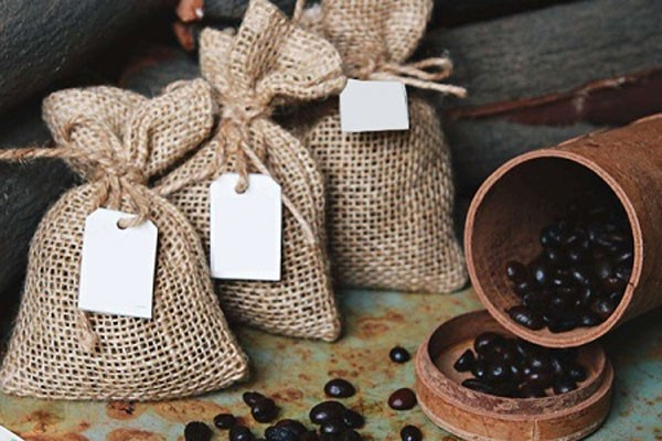 Bỏ túi bã cafe vào tủ đông để khử mùi