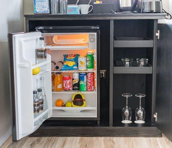 Nhiều khách sạn lựa chọn ngăn kệ tủ để đặt tủ lạnh minibar gọn gàng và không chiếm diện tích căn phòng