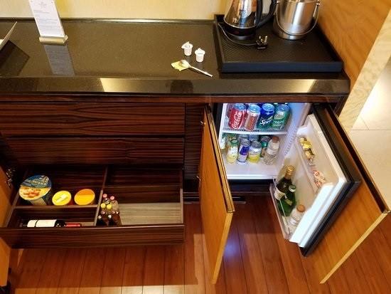 Vị trí kê tủ lạnh minibar cần có khoảng cách với các vật dụng, thiết bị xung quanh để dễ dàng khi mở tủ