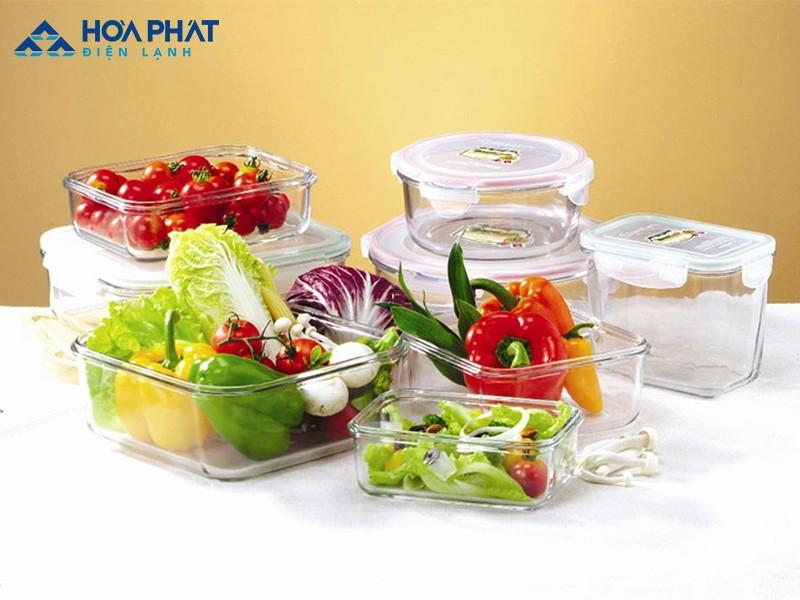 Bảo quản thực phẩm đúng cách và vệ sinh tủ lạnh thường xuyên giúp loại bỏ mùi hôi.