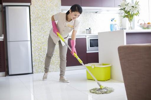 Cách lau nhà sạch bóng cho không gian thơm mát mà không tốn thời gian