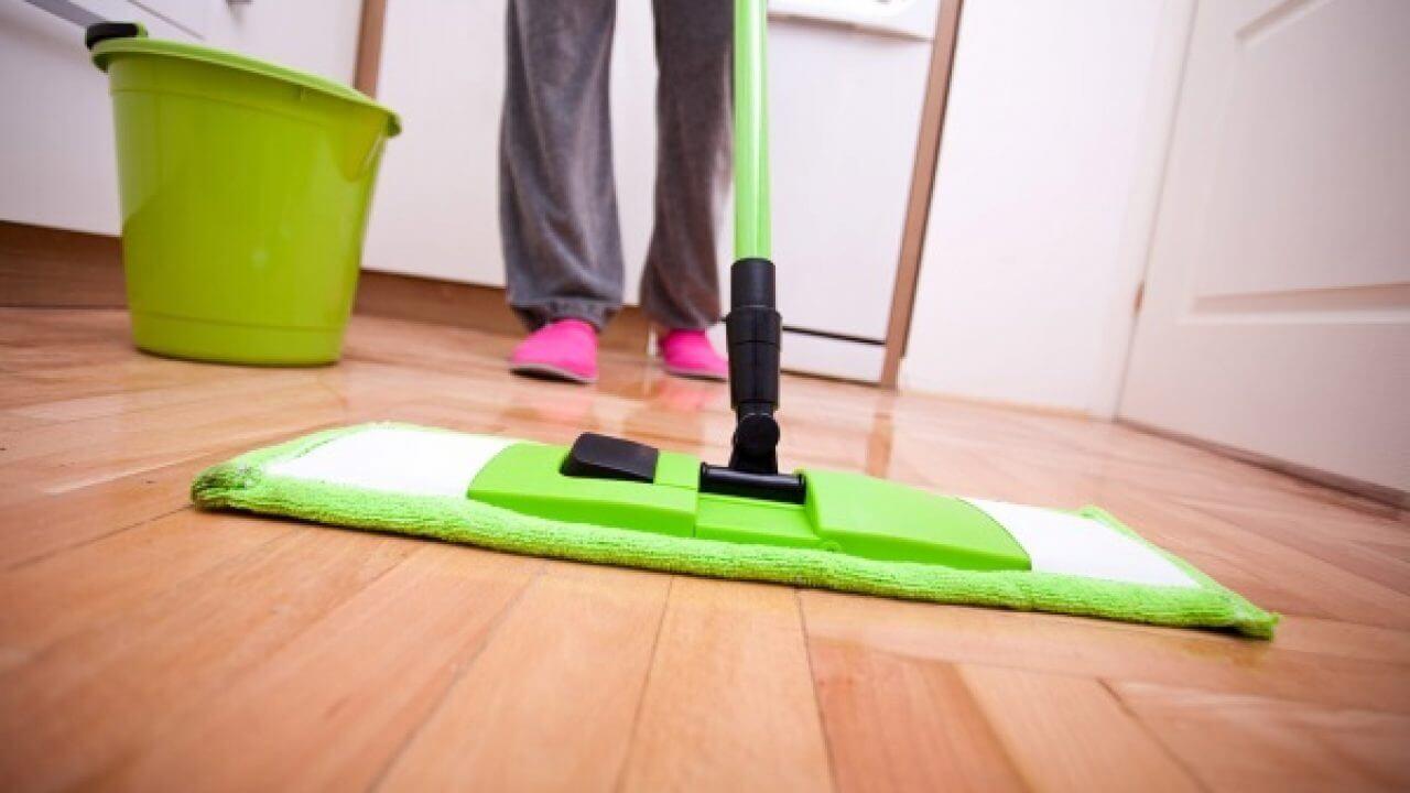 Cách lau sàn gỗ sạch bóng, tiết kiệm thời gian