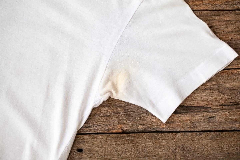 Mồ hôi và lăn khử mùi khiến áo trắng bị ố vàng ở nách